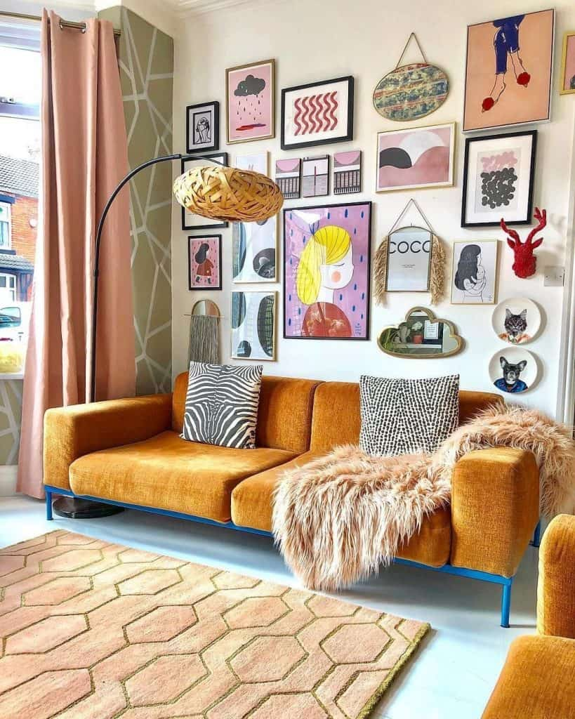 Eclectic decor - be inspired by art. Photo showing eclectic decor scheme with gallery wall.