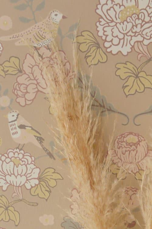 Majvillan wallpaper honey beige close up