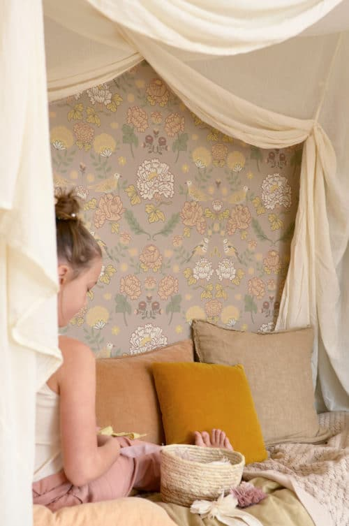 Sandy Lilac Majvillan wallpaper in bedroom