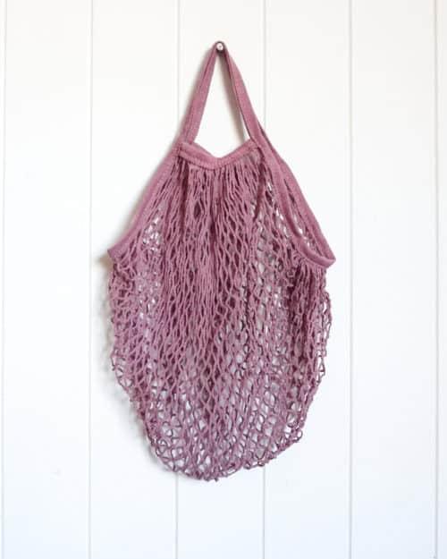 Reusable string bag Blush hanging up